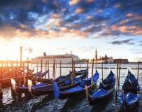 Гондолы на грандиозном канале в Венеции, церков Сан Giorgio Maggiore marco san Красивейший ландшафт лета Стоковая Фотография RF