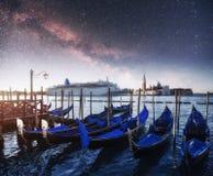 Гондолы на грандиозном канале в Венеции, церков Сан Giorgio Maggiore marco san Красивейший ландшафт лета Стоковые Изображения