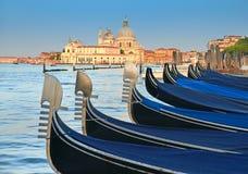 Гондолы на грандиозном канале с della Santa Maria базилики салютуют I Стоковое Фото