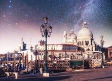 Гондолы на канале на ноче в Венеции, церков Сан Giorgio Maggiore Сан - Marco Стоковое Фото