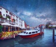 Гондолы на канале на ноче в Венеции, церков Сан Giorgio Maggiore Сан - Marco Фантастическое звёздное небо и млечный путь Стоковые Изображения RF