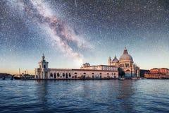 Гондолы на канале на ноче в Венеции, церков Сан Giorgio Maggiore Сан - Marco Фантастическое звёздное небо и млечный путь Стоковая Фотография