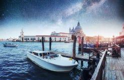 Гондолы на канале на ноче в Венеции, церков Сан Giorgio Maggiore Сан - Marco Фантастическое звёздное небо и млечный путь Стоковые Фото