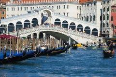 Гондолы на мосте Rialto, Венеции Италия Стоковое Изображение
