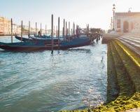 Гондолы на пристани около берега стоковые изображения rf