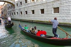 Гондолы на Рио di Palazzo, под мостом вздохов, Венеция, Италия Стоковые Изображения RF