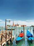 Гондолы припарковали на пристани около degli Schiavoni Riva, Венеции Стоковые Изображения