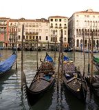 Гондолы припаркованные в Венеции, Италия, Стоковые Фото