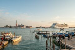 Гондолы причаленные в венецианской лагуне Стоковая Фотография RF