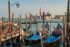 Гондолы причаленные в венецианской лагуне Стоковое Изображение