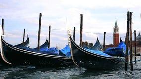 Гондолы причаленные на доке в Венеции Италии акции видеоматериалы