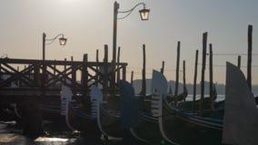 Гондолы причаленные на доке с деревянной пристанью Италия venice сток-видео