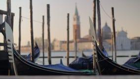 Гондолы причаливая в Венеции, Италии видеоматериал