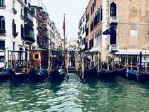 Гондолы причалили на канале, Венеции, Италии Стоковые Изображения RF
