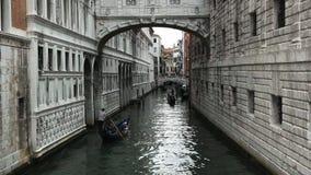 Гондолы проводя узкий канал, Венецию сток-видео