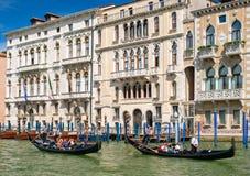 Гондолы рядом с старыми красивыми дворцами на грандиозном канале в Венеции Стоковое Изображение RF