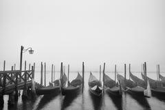 Гондолы состыковали вдоль грандиозного канала в Венеции, Италии Стоковое фото RF