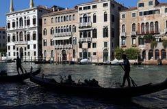 Гондолы с туристом на большом канале Венеции, Италии стоковые фото