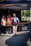 Гонка Австралии UTA11 Ультра-следа Бегун на финишной черте идя к хранителям времени стоковое изображение