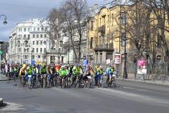 Гонка велосипеда на улице Санкт-Петербурга Стоковая Фотография