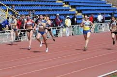 гонка в 100 метров девушок Стоковые Фотографии RF