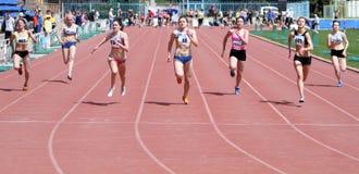 гонка в 100 метров девушок Стоковая Фотография RF