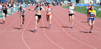 гонка в 100 метров девушок Стоковая Фотография