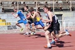 гонка в 100 метров мальчиков Стоковая Фотография
