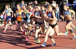гонка в 1500 метров девушок Стоковые Изображения