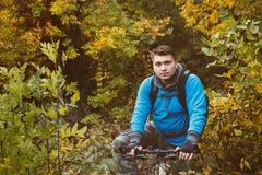 Гонка горного велосипеда в лесе в Дании, съемке с низкой выдержкой затвора для того чтобы достигнуть нерезкости движения Стоковое Фото