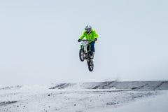 Гонка зимы гонщика мотоцикла Стоковая Фотография RF