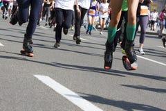 Гонка марафона идущая, ноги людей на дороге города Стоковое фото RF
