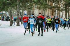 Гонка марафона старта спортсменов группы в парке ведущие бегуны Стоковые Изображения