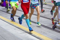 Гонка марафонцов в улицах города Стоковые Изображения