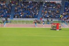 гонка человека загородки 110 m Стоковая Фотография