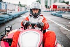 Гонка Karting, идет водитель тележки в шлеме стоковые фотографии rf