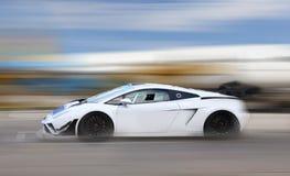 Гонки автомобиля белой расы на трассе стоковое фото rf