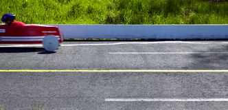 Гонки автомобиля импровизированной трибуны на следе Стоковые Изображения