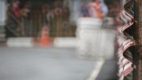 Гонки автомобиля в влажной цепи сток-видео