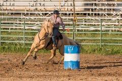 Гонки бочонка на родео ранчо Мичигана стоковые фотографии rf