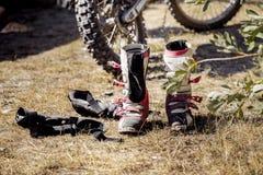 Гонки мотоцикла, ботинки и перчатки гонщика Стоковые Фото