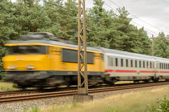 Гонки пассажирского поезда в прошлом Стоковое Фото