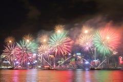 Гонконг: Китайский дисплей 2016 фейерверков Нового Года стоковые фото