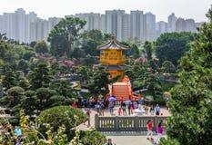 Гонконг, Китай: Люди толпятся буддийским павильоном абсолютной пагоды совершенства aka золотой в саде Nan Lian на холме диаманта стоковое изображение rf
