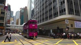 Гонконг, Китай - 15-ое августа 2018: Промежуток времени пешеходов и движения с трамваем на дороге Des Voeux сток-видео