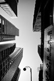 ГОНКОНГ, КИТАЙ - 27-ОЕ НОЯБРЯ 2011: вверх ногами взгляд небоскребов Гонконга 27-ого ноября 2011 Стоковые Изображения RF