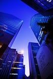 ГОНКОНГ, КИТАЙ - 27-ОЕ НОЯБРЯ 2011: взгляд улицы небоскребов Гонконга 27-ого ноября 2011 Стоковое Фото