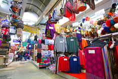 Гонконг, КИТАЙ 26-ое февраля 2017: Рынок Гонконга Стэнли, туристский район продавая товар низкой цены Стоковое фото RF