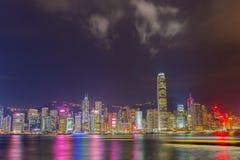 Гонконг на ноче с другой стороны гавани Виктории стоковое изображение rf