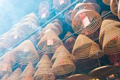 Гонконг - 4-ое декабря 2015: Круговые ладаны на Man Mo Temple Гитара stratocaster F Стоковые Изображения